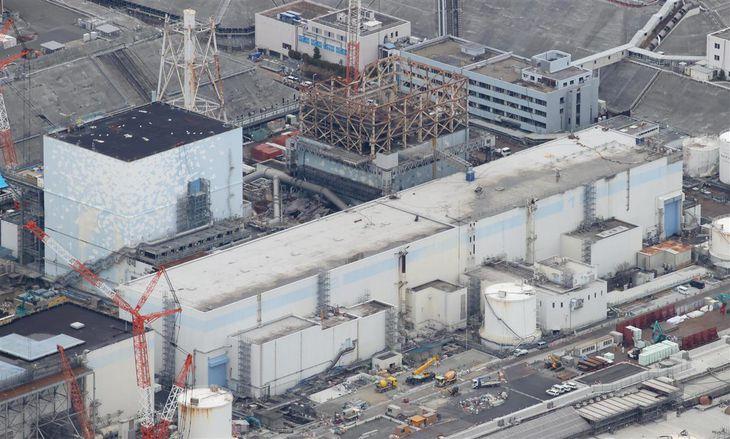 東京電力福島第一原子力発電所1号機(右)=福島県大熊町(本社ヘリから、川口良介撮影)