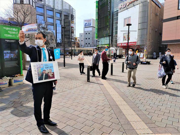 ウイグル族の窮状を訴える日本ウイグル協会の于田ケリム会長(左)=6日午後、埼玉県和光市(奥原慎平撮影)