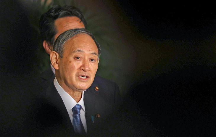 日米豪印オンライン首脳会議を終え、ぶら下がり取材に応じる菅義偉首相=13日午前、首相官邸(納冨康撮影)
