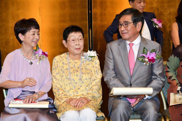 第26回橋田賞授賞式に出席した(左から)阿川佐和子さん、橋田壽賀子さん、石坂浩二さん=平成30年7月18日、東京都内のホテル