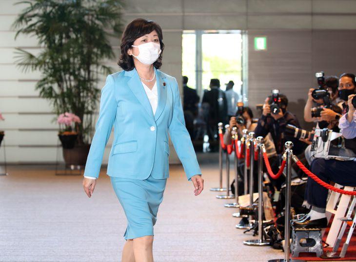 官邸に入る野田聖子氏=4日午後、首相官邸(川口良介撮影)