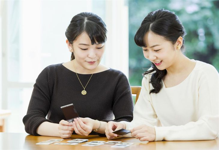 妹の佳子さまと写真を見られる秋篠宮家の長女眞子さま=赤坂御用地の宮邸(宮内庁提供)