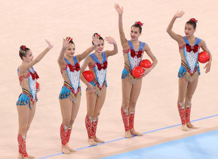 新体操団体総合予選でのウズベキスタンのボール。「セーラームーン」を意識した衣装で臨んだ=7日、有明体操競技場(川口良介撮影)