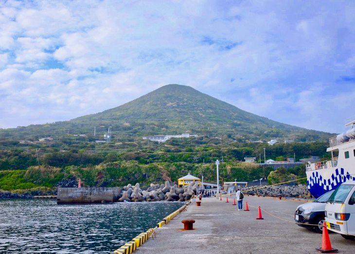 三角形が美しく見える利島の宮塚山。島に砂浜はなく、断崖絶壁に囲まれている