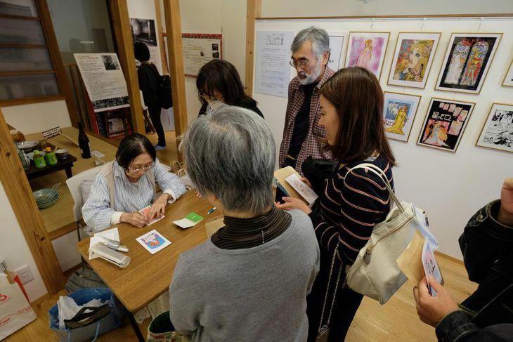 複製原画が並ぶ部屋でサインに応じる =10月21日、東京都豊島区のトキワ荘通りお休み処
