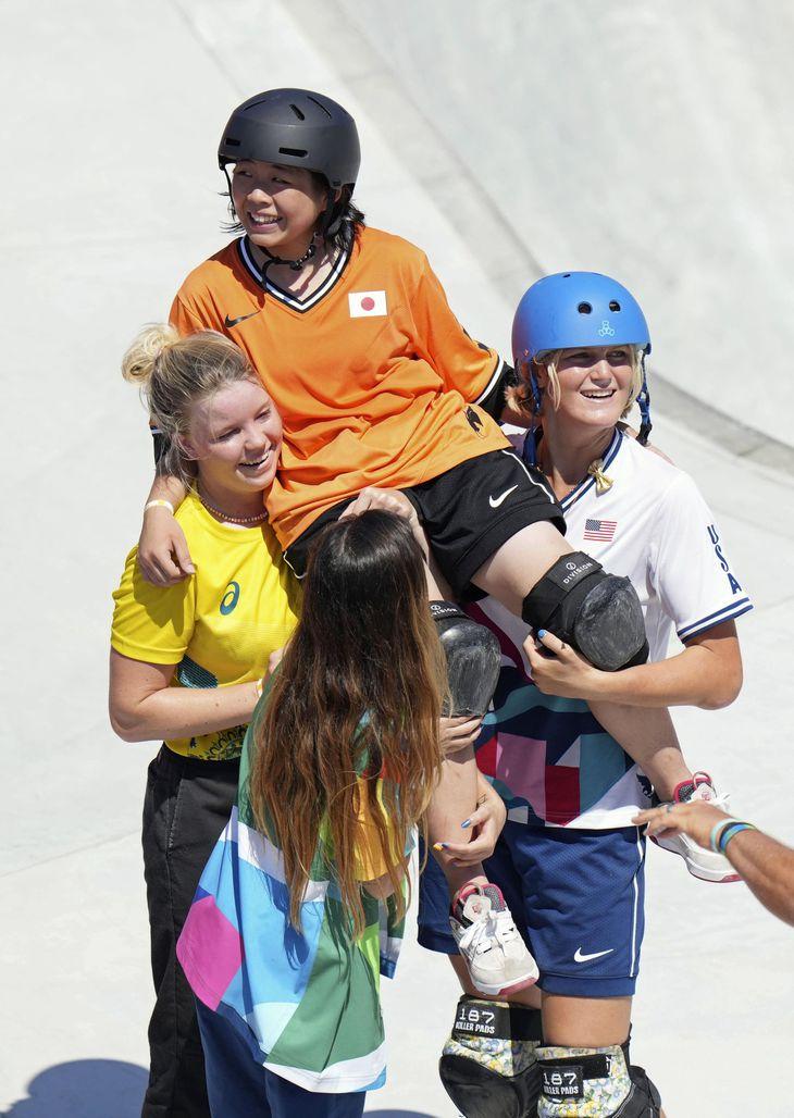 スケートボード女子パーク決勝で演技を終え、選手らに担がれ称えられる岡本碧優選手 =8月4日、有明アーバンスポーツパーク