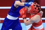 女子フェザー級準決勝 1回、英国選手(右)を攻める入江聖奈=31日、両国国技館