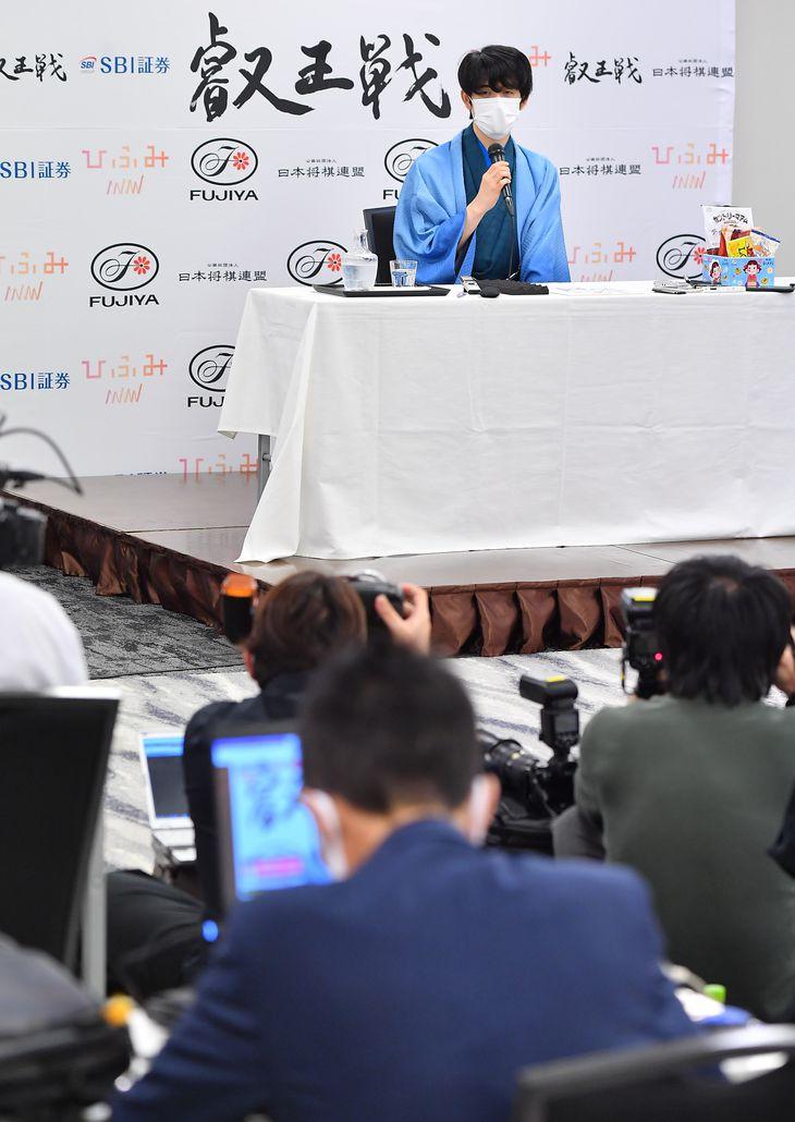 会見する三冠となった藤井聡太新叡王=13日午後、東京都渋谷区(三尾郁恵撮影)