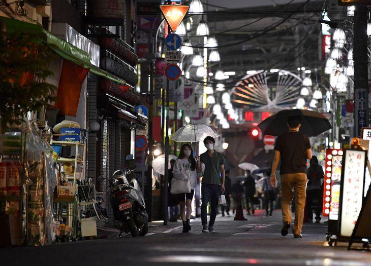 休業している店舗が目立つ東京・新橋の飲食店街=8日夜