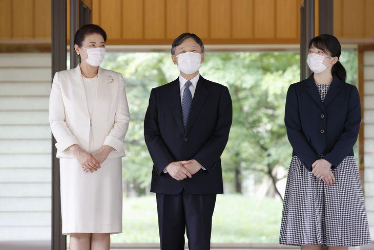 引っ越しをされ、皇居・御所に入られる天皇、皇后両陛下と長女愛子さま=6日午後2時57分(代表撮影)