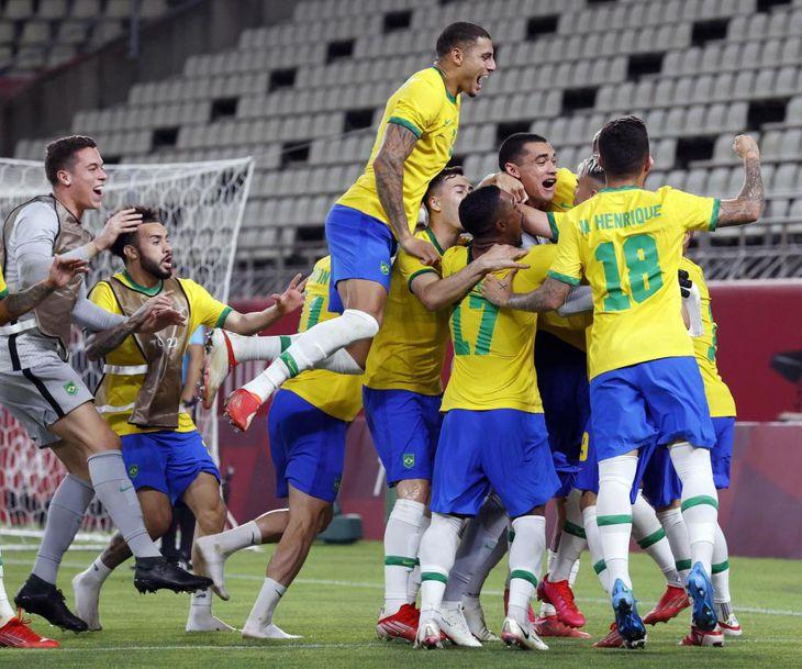 PK戦でメキシコを破り決勝進出を決め、喜ぶブラジルイレブン=カシマスタジアム