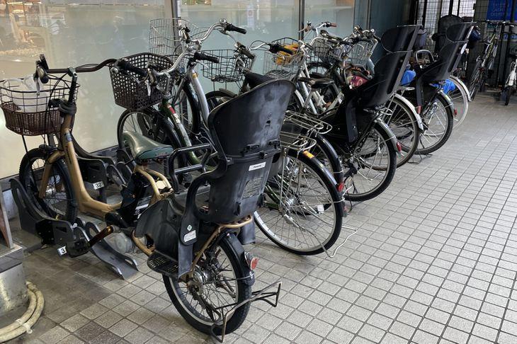 スーパーの駐車場に並ぶ電動アシスト自転車