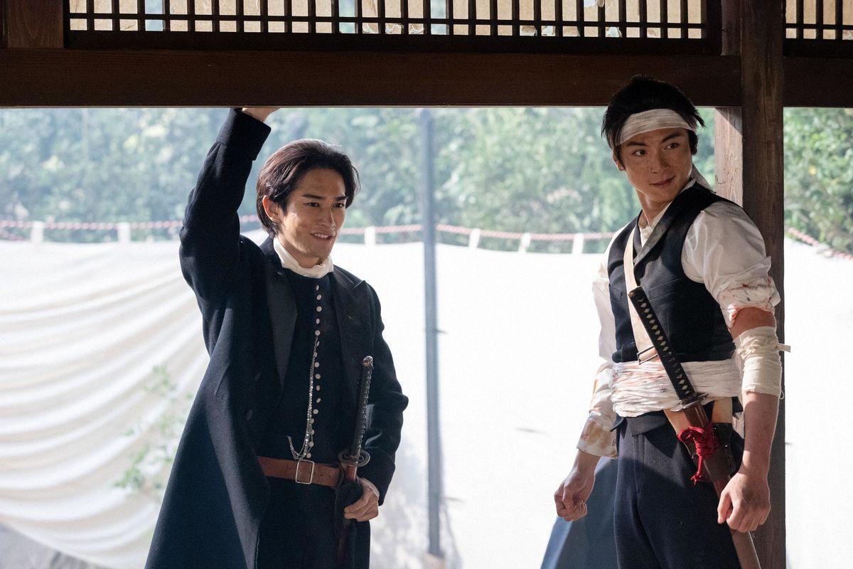 土方歳三(町田啓太、左)と渋沢喜作(高良健吾) (C)NHK