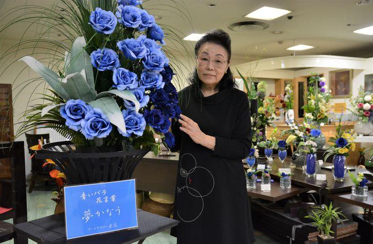 誕生日を迎えた横田めぐみさんをはじめ拉致被害者の帰国を願って青いバラの寄付企画を行う和田初美さん=5日、新潟市中央区(本田賢一撮影)