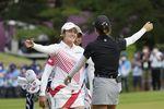 女子ゴルフの銀メダルを懸けたプレーオフを制し、リディア・コ(手前)と健闘をたたえ合う稲見萌寧=霞ケ関CC