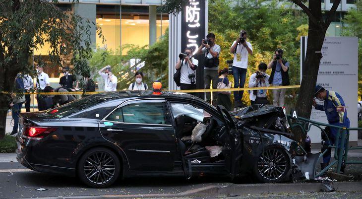 タクシーの衝突事故現場=11日午後、東京都千代田区(鴨志田拓海撮影)