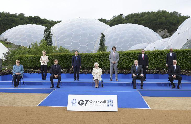 夕食会を前にエリザベス英女王(中央)や各国首脳らと写真に納まる菅首相(左から4人目)=11日、英コーンウォール(Andrew Parsons/英首相官邸提供・共同)