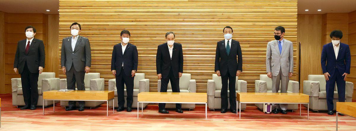 閣議に臨む菅義偉首相(中央)ら閣僚=8月27日午前、首相官邸(春名中撮影)