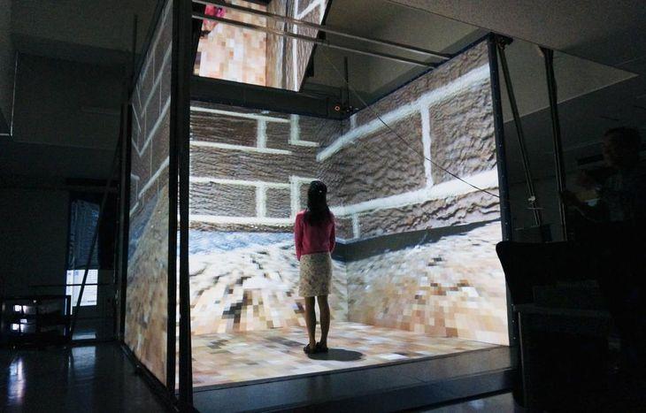 前方と左右、床面と四方を囲む巨大スクリーン。特殊なめがねをかけて内部に立つと、仮想現実(VR)映像を体験できる=茨城県つくば市の産業技術総合研究所(松田麻希撮影)