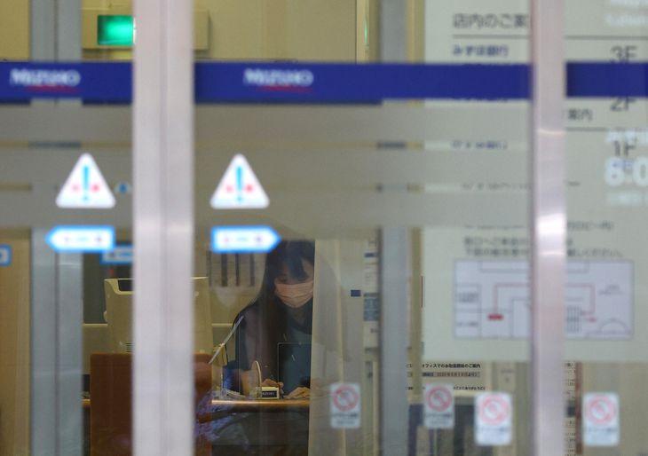 5回目のシステム障害が発生したみずほ銀行=20日午前、東京都中央区(桐山弘太撮影)