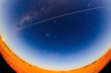 地球に帰還する「はやぶさ2」の試料カプセルの光跡 =6日未明(JAXA提供)