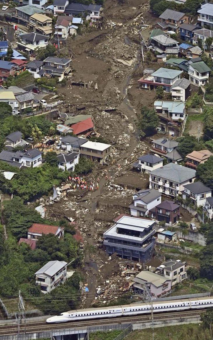 熱海市伊豆山の土石流災害現場(共同)
