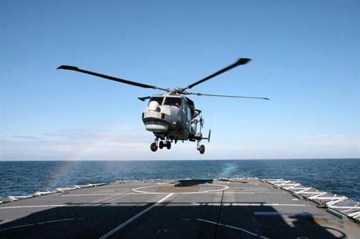 韓国海軍が導入を進めているAW159「ワイルドキャット」。英海軍軍艦で行われた陸上型のテストの様子(英海軍HPより)
