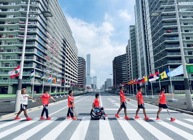パラリンピックの選手村で、日本のトライアスロンチームがビートルズのアルバム「アビイ・ロード」のジャケットをまねて撮影した写真(谷真海さん提供)
