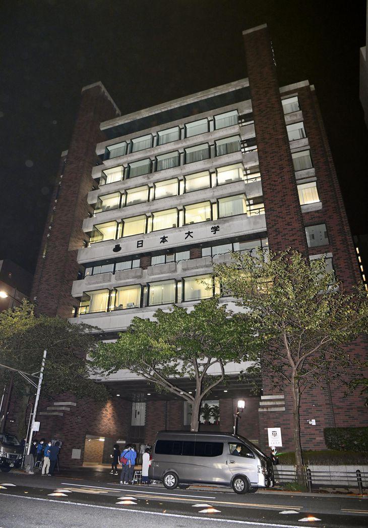 東京地検特捜部が家宅捜索に入った日本大学本部=8日夜、東京都千代田区