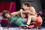 女子62キロ級準決勝でブルガリア選手(左)を攻める川井友香子=3日、幕張メッセ