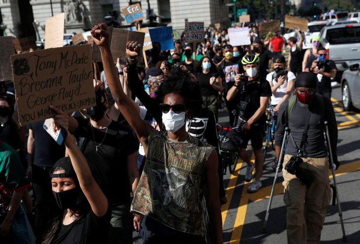 米ミネアポリス近郊で黒人男性が白人警官に暴行され死亡した事件を巡り、抗議する人々=29日、ニューヨーク(ロイター)