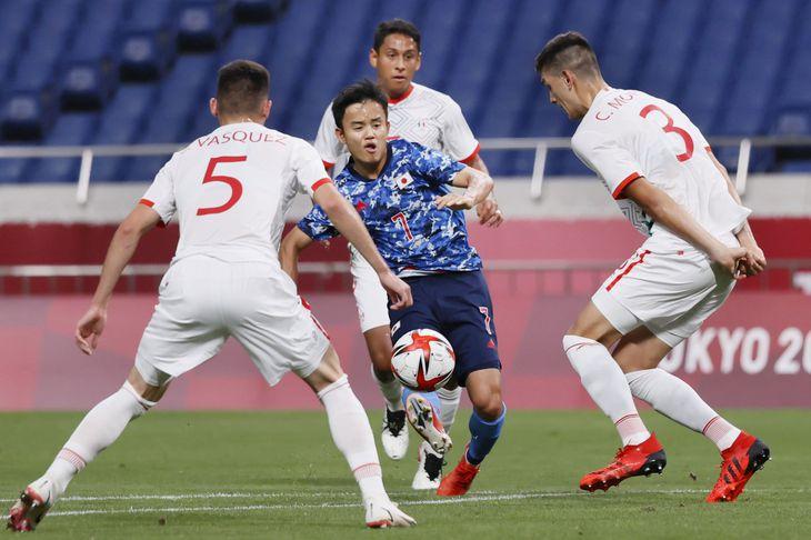 日本―メキシコ 前半、ゴールを狙う久保建(中央)=埼玉スタジアム