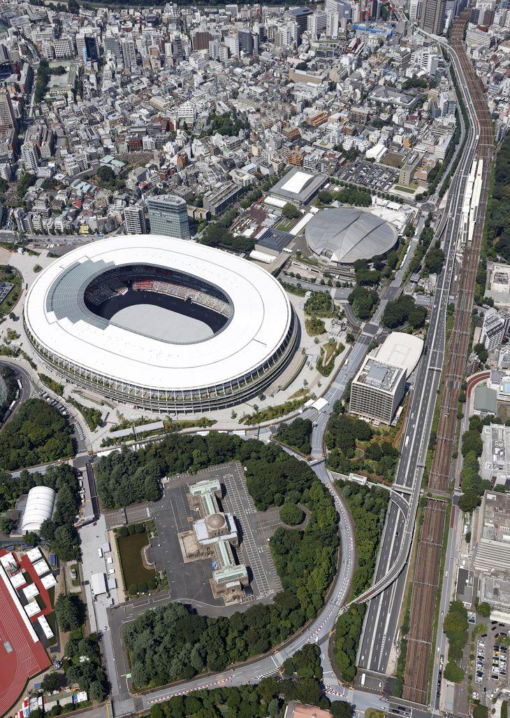 ロードプライシングが始まった19日の首都高速道路。左中央は国立競技場=東京都内