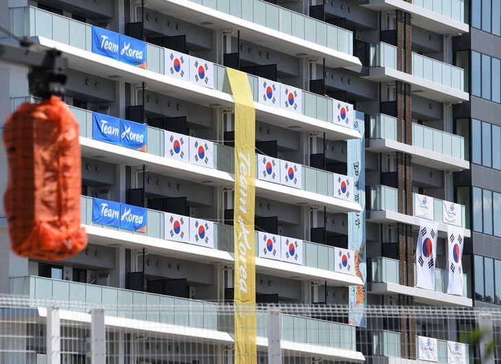 五輪選手村の韓国選手団居住棟には韓国国旗などが掲げられていた=7月17日午後、東京都中央区(寺河内美奈撮影)