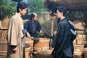 五代才助(ディーン・フジオカ、左)と渋沢栄一(吉沢亮) (C)NHK