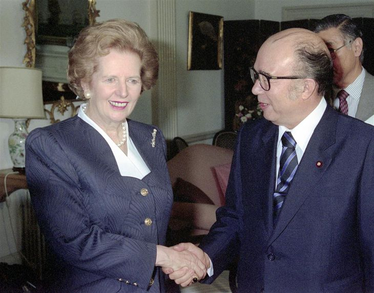 1989年9月、来日し中山太郎外相(右)と握手するサッチャー英首相=東京都千代田区の英国大使公邸