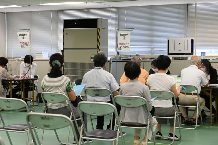 1回目のワクチン接種を終了後、2回目の接種予約をする高齢者=9日午前10時25分、東京都千代田区の大手町合同庁舎3号館(代表撮影)