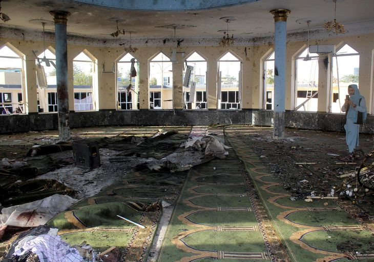 アフガニスタン・クンドゥズ州で爆発が起きたイスラム教礼拝所の内部=8日(ロイター=共同)