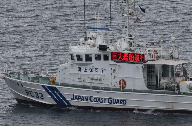 港周辺を警備する海上保安庁の巡視船 =4日午後、神奈川県横須賀市(鈴木健児撮影)