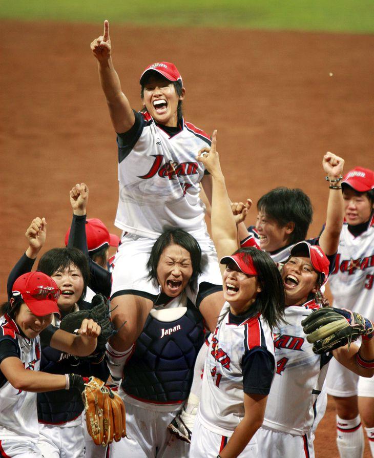 2008北京五輪のソフトボールで金メダルを獲得し、肩車される日本・上野由岐子投手(中央)=2008年8月21日、中国・北京の豊台ソフトボール場 (撮影・浅野直哉)