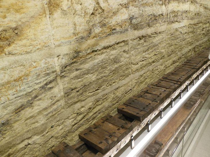 狭山池築造当初の堤の断面。敷葉工法など高度な土木技術が使われていた=大阪府立狭山池博物館