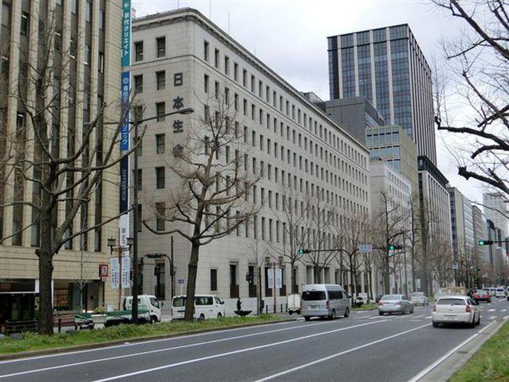 日本生命保険の本店本館(中央)=大阪市中央区
