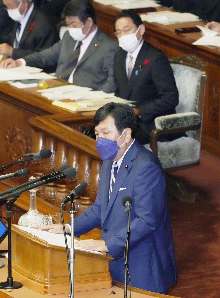 衆院本会議で代表質問する立憲民主党の枝野代表。奥右は岸田首相=11日午後
