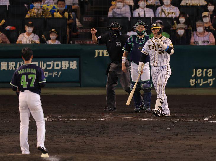 6回に阪神・原口がこの日2度目の死球にクレーム