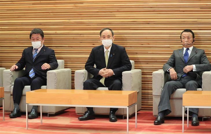 閣議に臨む(左から)茂木敏充外務相、菅義偉首相、麻生太郎副総理兼財務相=19日午前、首相官邸(佐藤徳昭撮影)