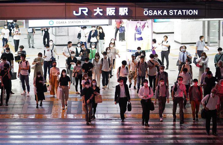 61人の新型コロナウイルス感染が確認された大阪。人通りが戻り始める中、感染は中高年にも広がっている=15日午後、大阪市北区(恵守乾撮影)