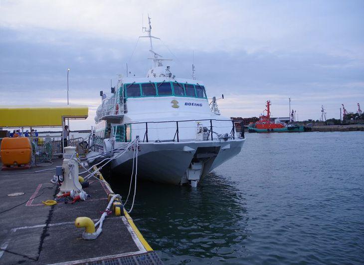 新潟県上越市の直江津港に到着したジェットフォイル「ぎんが」。船首中央部にある水中翼が何らかの物体と接触した=8月11日(上越海上保安署提供)