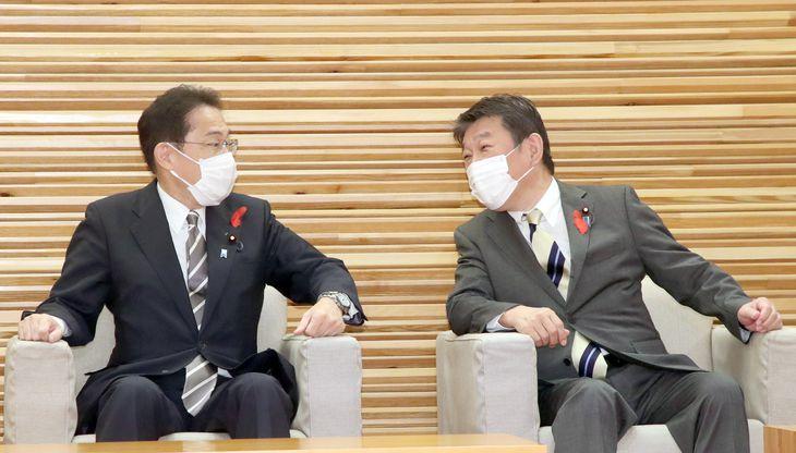 閣議前に茂木敏充外務相(右)と話す岸田文雄首相=8日午前、首相官邸(矢島康弘撮影)