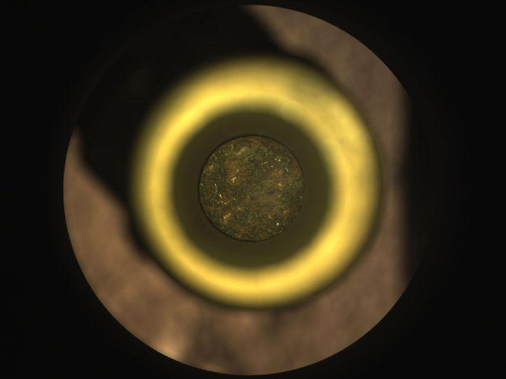 NASAの火星探査車パーシビアランスが採取し、筒状の容器に入った岩石(中央)(NASA提供・共同)