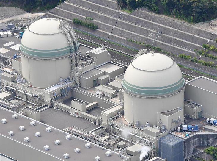 3日にテロ対策施設の設置期限を迎える関西電力高浜原発3号機(左)=福井県高浜町(本社ヘリから)